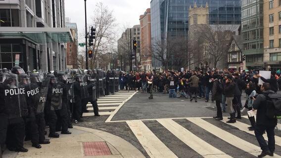 Entre los manifestantes había personas con pancartas contra Trump, pero...