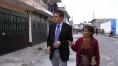 El periodista Raúl Benoit junto a una de las madres, en Guatemala.