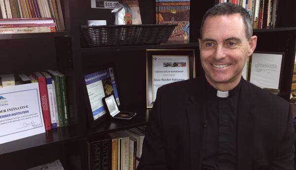 El sacerdote jesuita Sean Carroll es el director ejecutivo y fundador de...