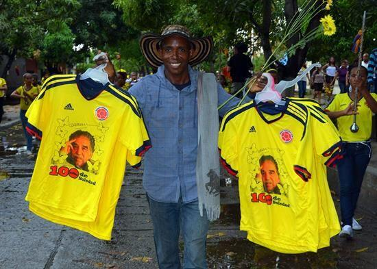 Un hombre vende camisetas de la selección de fútbol de Colombia con la i...