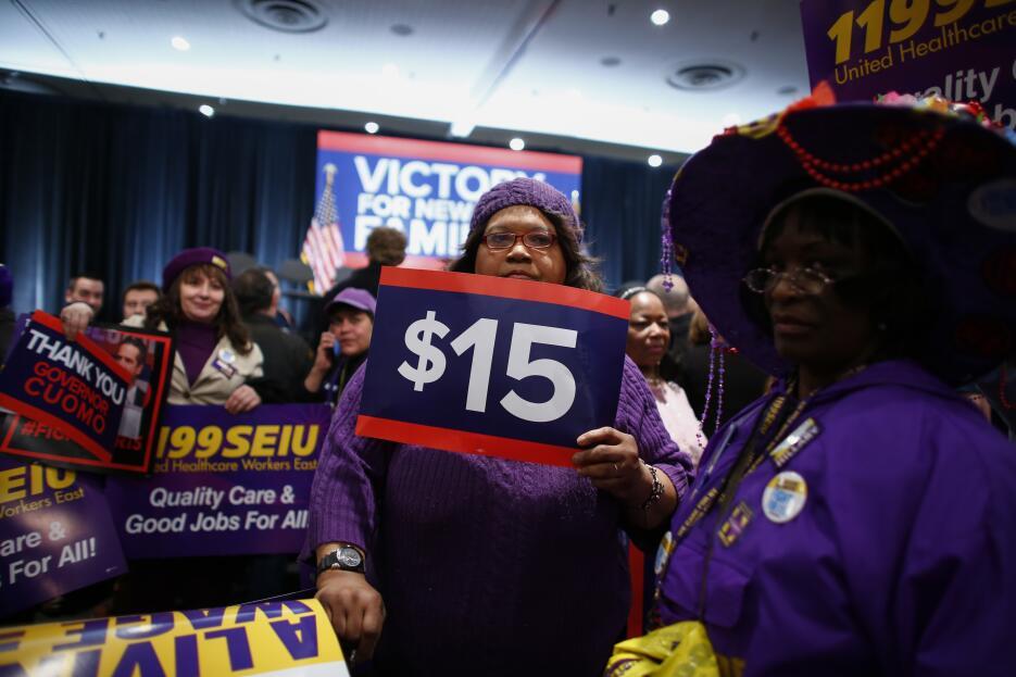 Empleados de varios sindicatos aplaudieron el aumento salarial.
