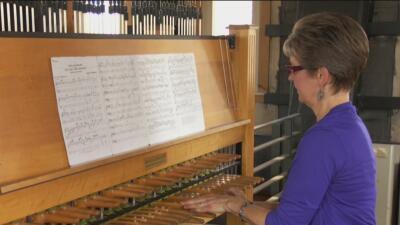 La mujer que con sus armoniosas melodías incita a los feligreses para visitar la Catedral de Guadalupe