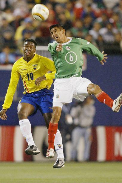 El entonces central de Chivas debutó con la Selección Mexicana en 2004 e...