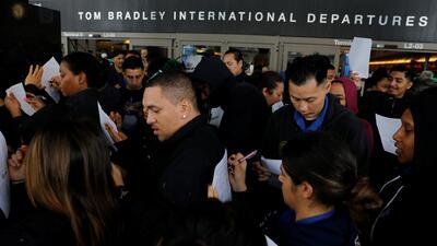 Trabajadores de la TSA en el Aeropuerto Internacional de Los Ángeles protestan por el cierre del gobierno