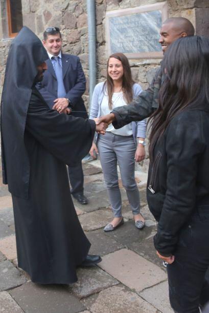 KIanye todo sonrisas al despedirse del monje que les ofreció la guía.
