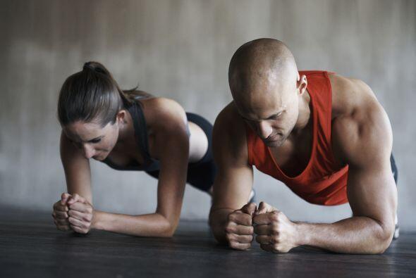 3) Lagartijas: dobla los codos y apoya el peso en tus antebrazos, con el...