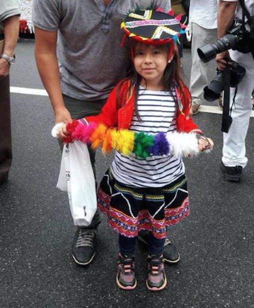 Orgullosa de sus raíces la pequeña Sofía Tipacti.