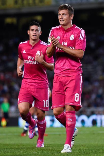 Los jugadores del Real Madrid Toni Kroos y James Rodríguez, y el delante...