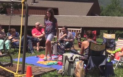 Cientos de personas se reúnen para disfrutar del eclipse solar en Georgia