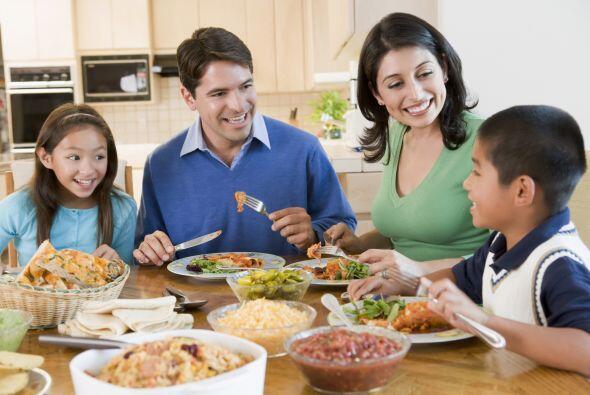 Si te es difícil planificar una junta familiar, la hora de la comida es...