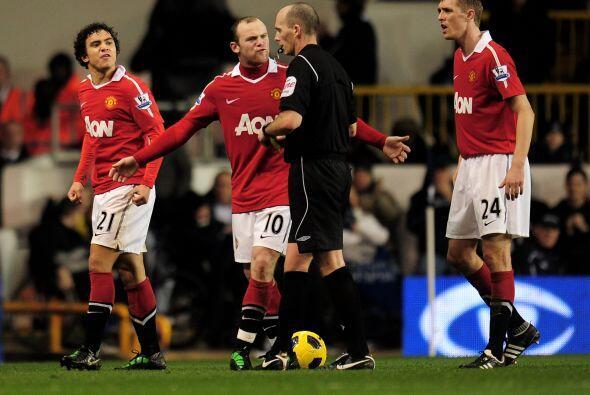 Sus compañeros intentaron calmar al árbitro, pero la decisión ya estaba...