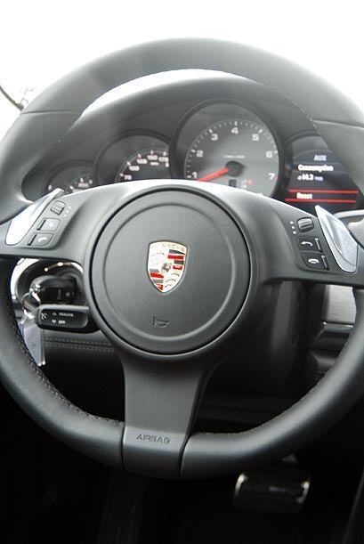 El volante ofrece buen 'grip' y es más plano en la parte inferior, como...