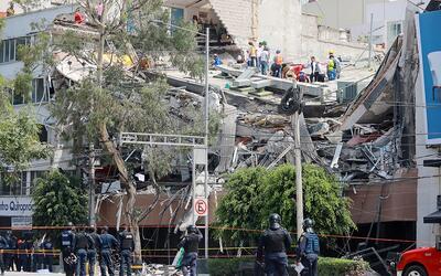 Rescatistas y residentes frente a un edificio en Colonia Condesa, en M&e...