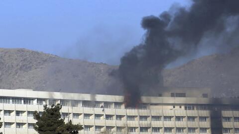 Varias personas tratan de escapar por un balcón del Hotel Intercontinent...