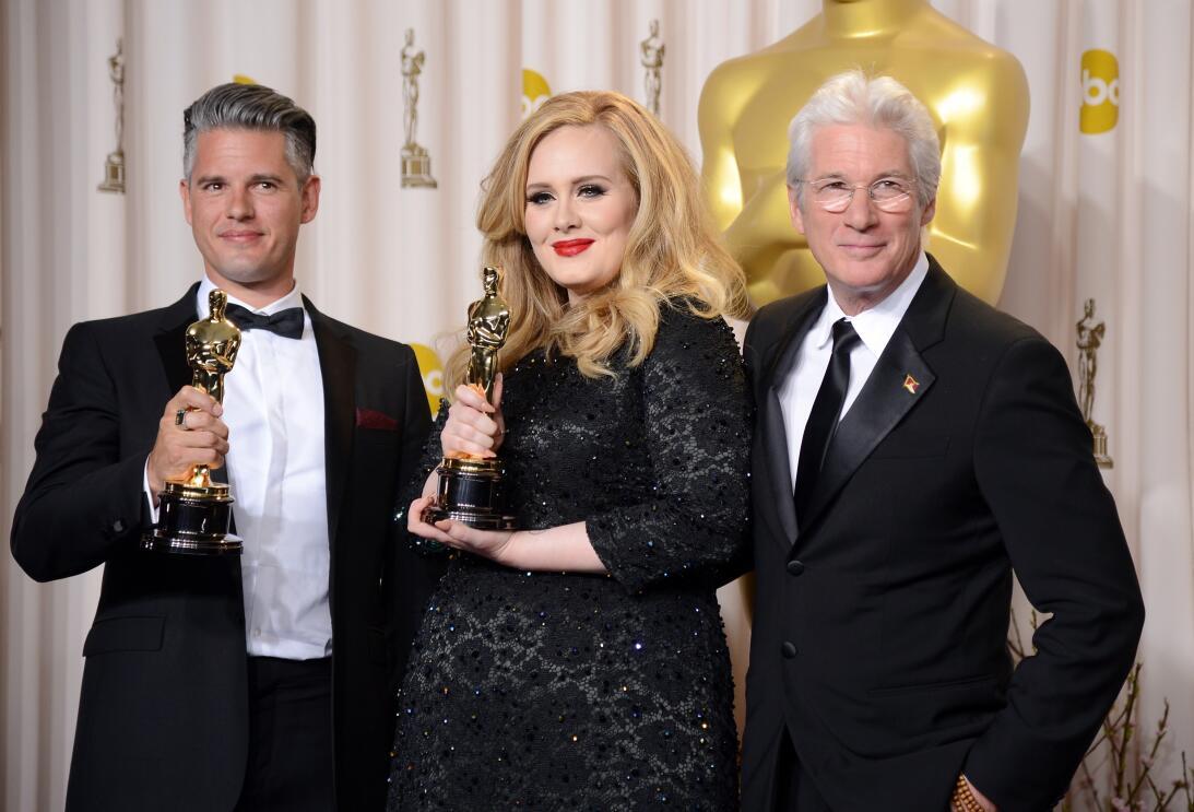 Después de entregarle el Oscar a Mejor Canción a Adele y Paul Epworth po...