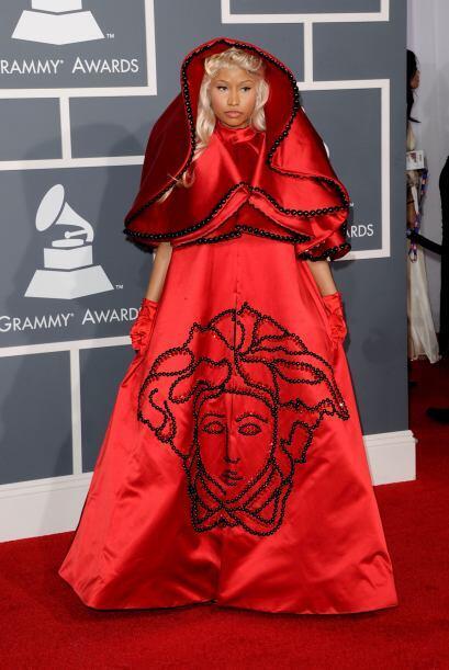 La que pecó de ridícula fue la rapera Nicki Minaj con su capa roja con l...