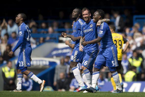 El volante del Chelsea volvió a mostrar su buen disparo de media...