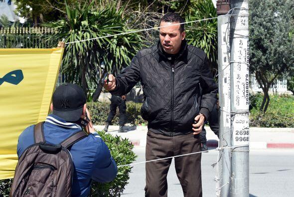 Según testigos, los asaltantes salieron de una mezquita ubicada entre el...