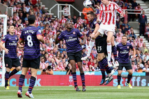 Con jugadas a pelota parada, el Stoke quiso irse al frente. estuvo cerca...