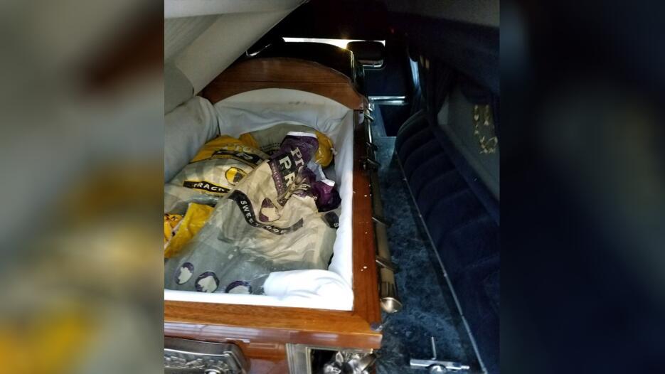 Decubren marihuana en un carro funebre Ataud3 CBP.jpg