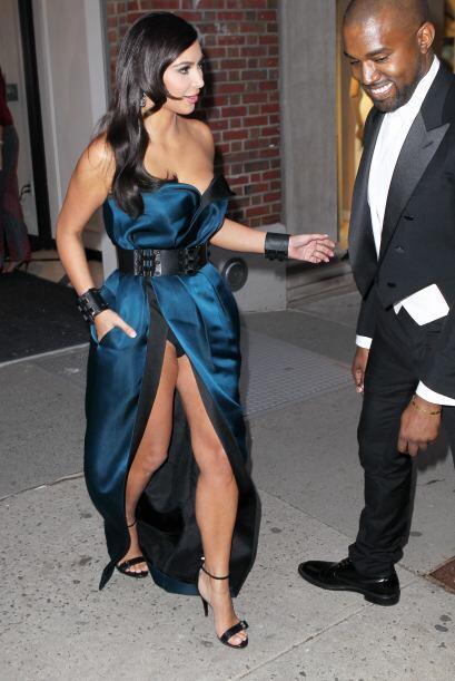 La estrella de televisión se enfundó en un vestido azul y negro, se veía...