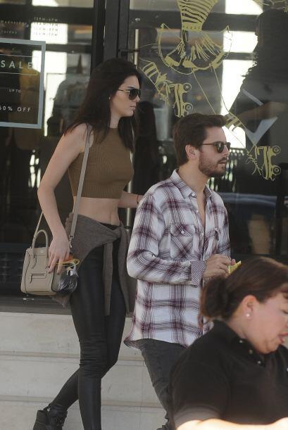 Scott paseaba de un lado para otro con la hermanastra de su mujer.