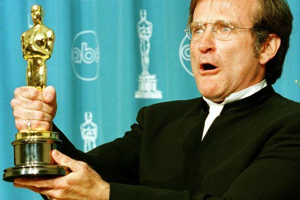 Aquí, Robin sostiene el Oscar que ganó como Mejor Actor de Reparto por s...