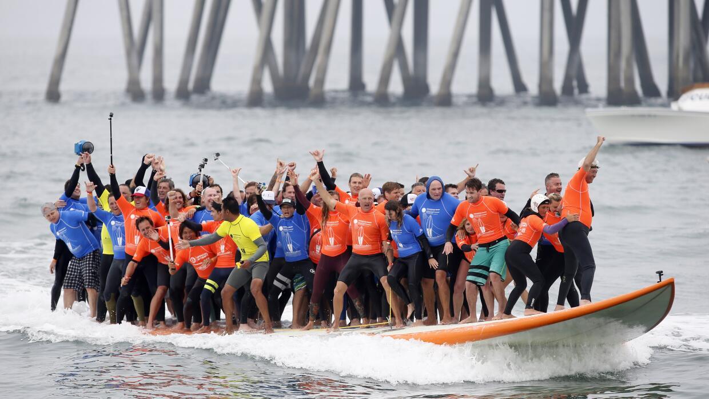 66 personas se subieron a una enorme tabla de surf para romper un r&eacu...