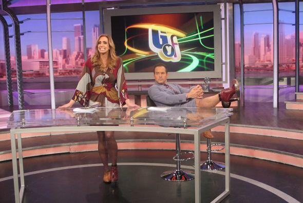 Carlos imitó la pose de Lili para presumir su calzado.