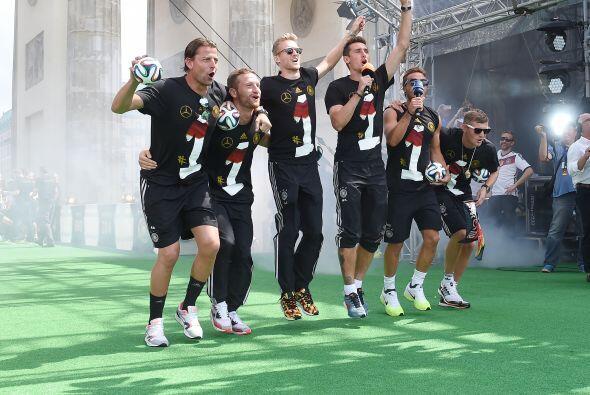 Julio 13 - Alemania gana la Copa del Mundo. La selección de Alemania se...