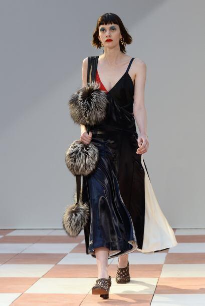 Céline presentó piezas completas de cuero como este vestido.