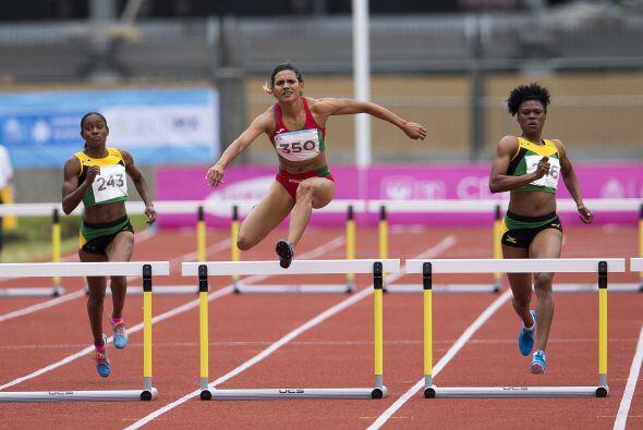 En los 400 metros con vallas femenil, la mexicana Zudikey Rodríguez se c...