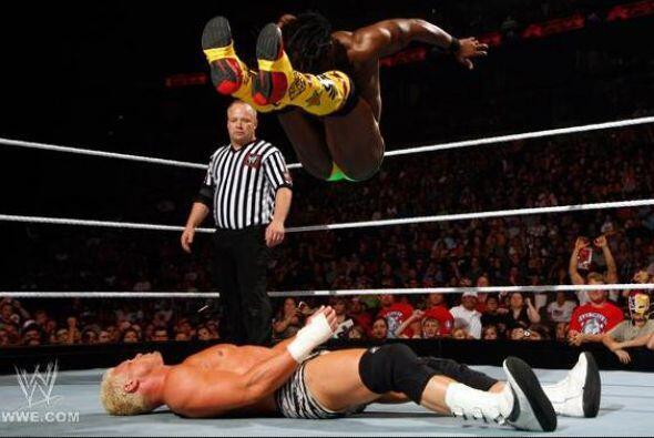 Kofi Kingston sacó sus dotes voladoras y le cayó encima a su rival en tu...
