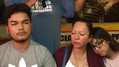 Guadalupe Guerrero, acompañada de sus hijos, habla con los medios sobre...