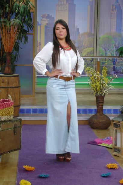 El primer 'outfit' es una combinación de una falda denim larga y una blu...