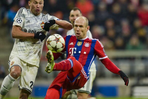 Tras el receso, Guardiola mandó al terreno de juego a Arjen Robben, quie...