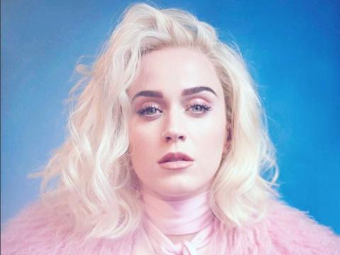 Katy Perry cambió su look a un rubio platinado a unos días...