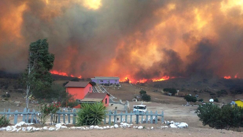 Las llamas en la comunidad La Roca del Alfarero, en Tijuana, donde fuero...