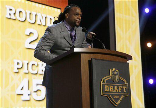 El linebacker E.J. Henderson de los Vikings anunció la selección (#45) d...