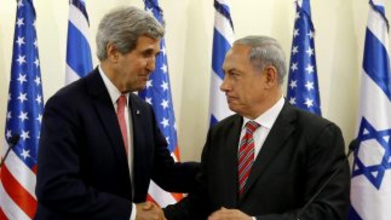 El Secretario de Estado de EEUU,John Kerry, saluda al Primer Ministro d...