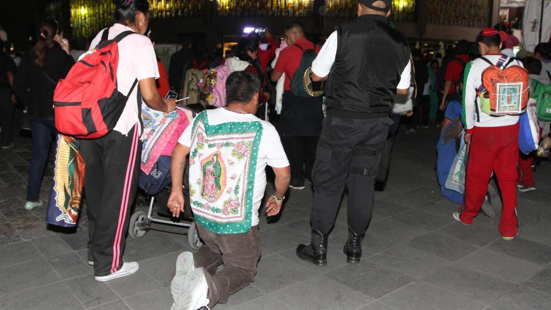 Un feligrés ingresa de rodillas a la Basílica de Guadalupe.