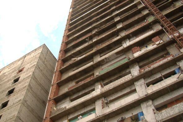 Tiene 45 pisos, familias sin techo ocupan 28 de ellos.
