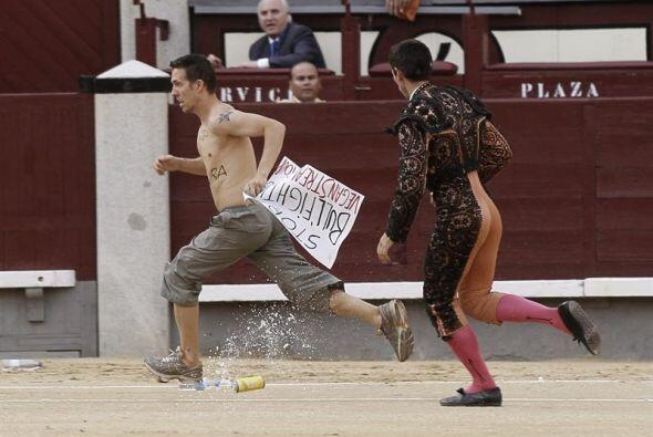 Un activista antitaurino salta al ruedo durante el vigésimo cuart...