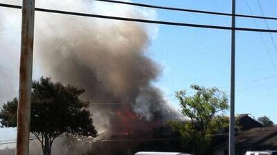 El Departamento de Bomberos de San Antonio combatió un incendio de dos a...