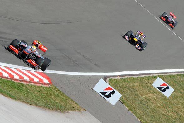 Jenson Button tomó la punta aprovechando las paradas de 'pits', pero no...