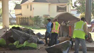 Por recomendaciones de salud, limpian un campamento de desamparados en el centro de Houston