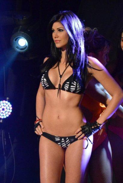 Carolina con un bikini de cebra que podría causar infartos.