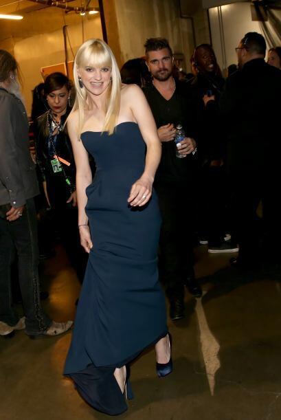 Anna Faris lucía espectacular en ese vestido azul marino, pero la vimos...
