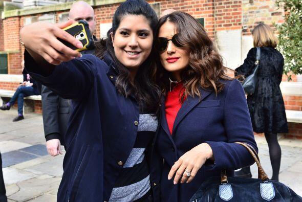 La actriz también se sacó fotos con la gente en la calle.