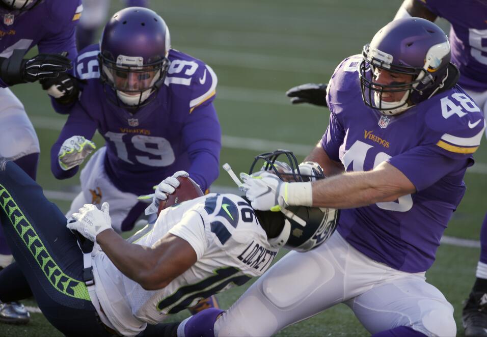 El fullback Zach Line #48 casi le arranca el casco al receptor Tyler Loc...